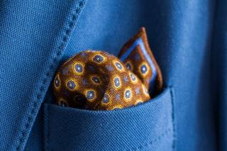 Díszzsebkendő viselése